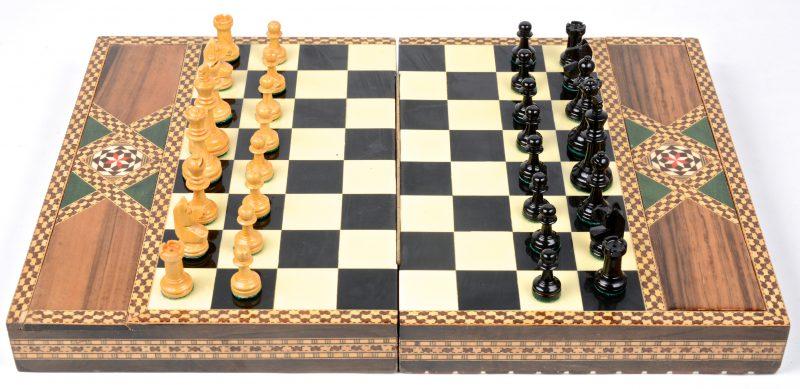 Een schaakspel in ingegelegde doos. Jaren 60.