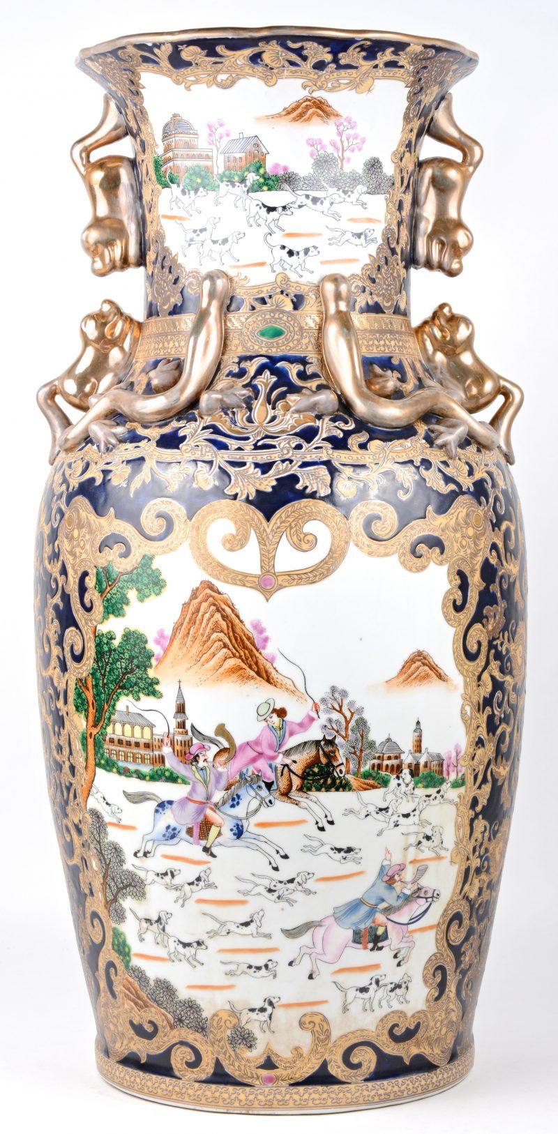 Een grote balustervaas van Chinees porselein met een meerkleurig Europees decor met jachttaferelen in cartouches op blauwe fond en met vergulde motieven. Onderaan gemerkt.