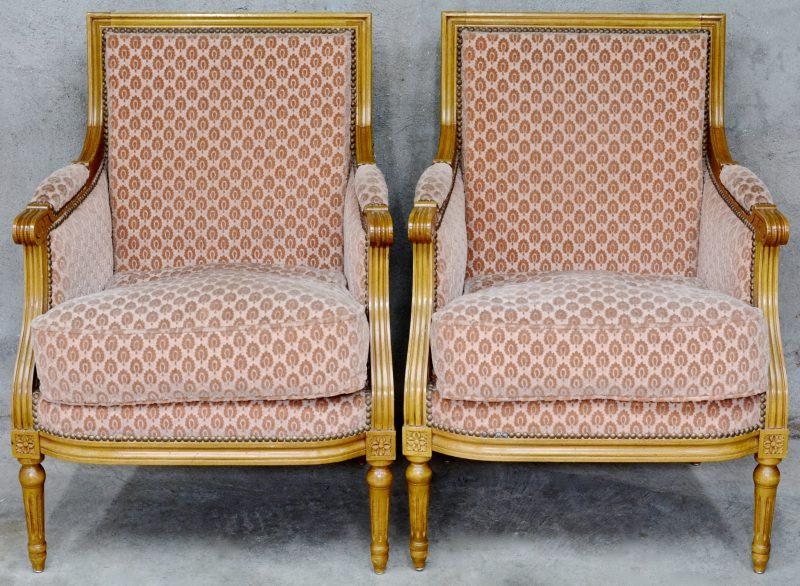 Een paar armstoelen met fluweel. Louis XVI stijl.