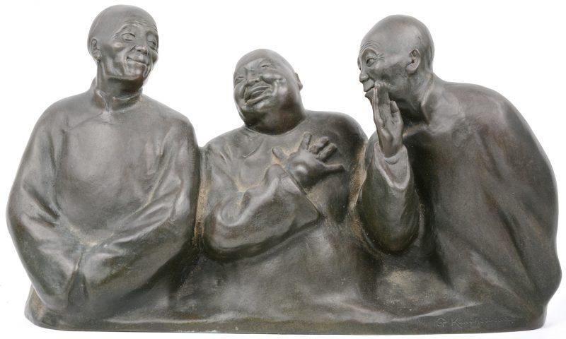 Een bronzen beeld van drie lachende chinezen.