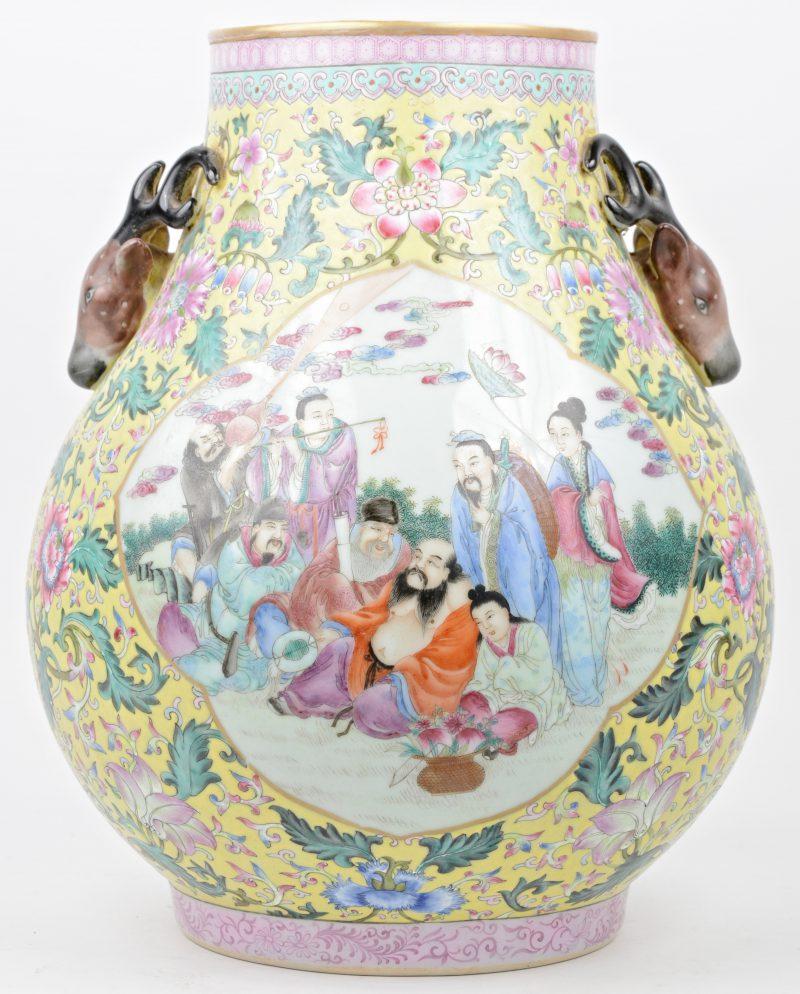Een Chinese vaas in famille roze met hertenkoppen en cartouches met afbeeldingen van wijzen.