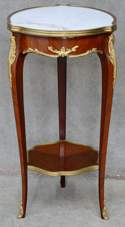 Een bijzettafeltje met entretoise in Louis XV stijl.