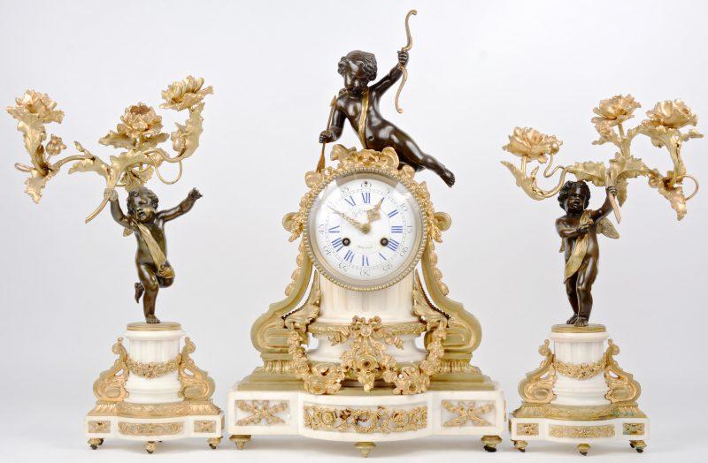 Een klokstel in Lodewijk III stijl geflankeerd door een paar gepatineerd bronzen putti, rozen dragend en gekroond door Cupido.