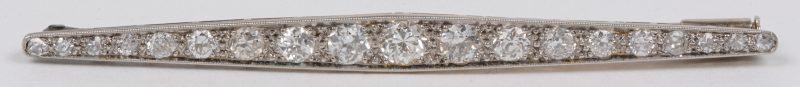 Een 18 karaats wit gouden art deco broche bezet met briljanten met een gezamenlijk gewicht van ± 0,70 ct.