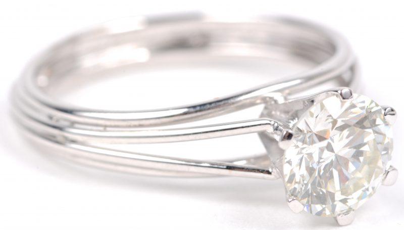 Een 18 karaats wit gouden ring bezet met een solitair van ± 1,50 ct. VVS-VS.