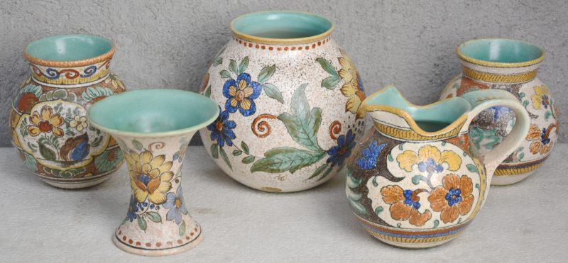 Een lot meerkleurig Gouds plateel, bestaande uit een bolle vaas en een schenkkan met decor 'Anette', een bolle vaas en een kraagvaasje met decor 'Broca' en een bol vaasje met decor 'Majoma'. Allen gemerkt onderaan. Eerste helft XXe eeuw.