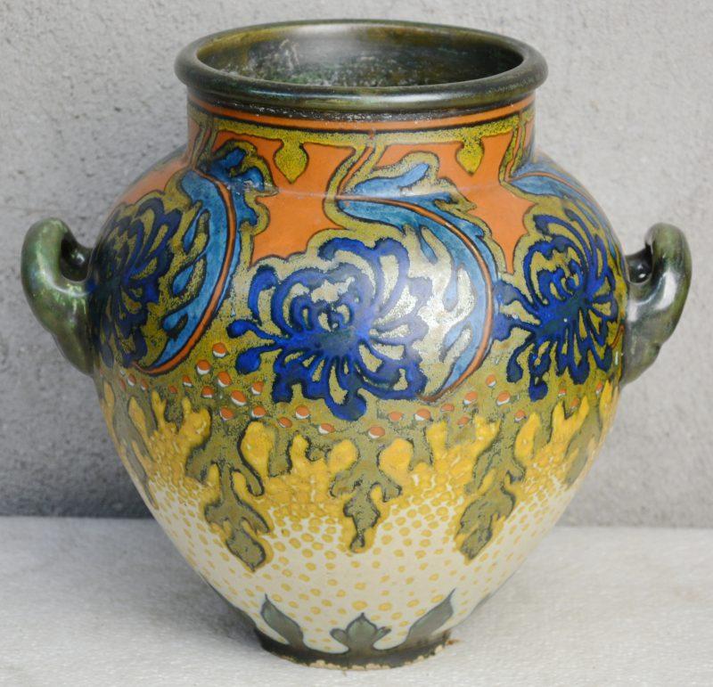 Een oorvaas van Gouds aardewerk met meerkleurig decor 'Sana'. Onderaan gemerkt. Omstreeks 1918. Slijtage aan de basis.