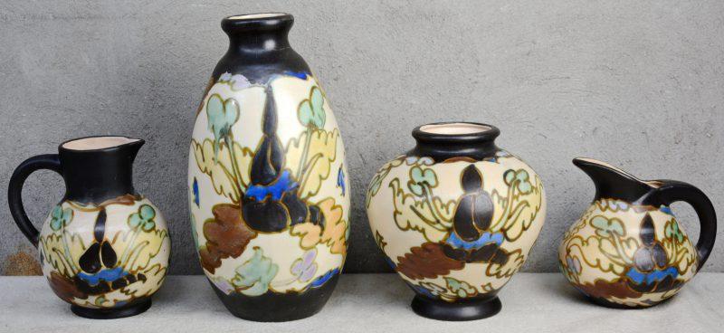 Een lot aardewerk met meerkleurige decors, bestaande uit twee verschillende vazen en twee verschillende schenkkannen. Allen gemerkt onderaan. Gaaf.