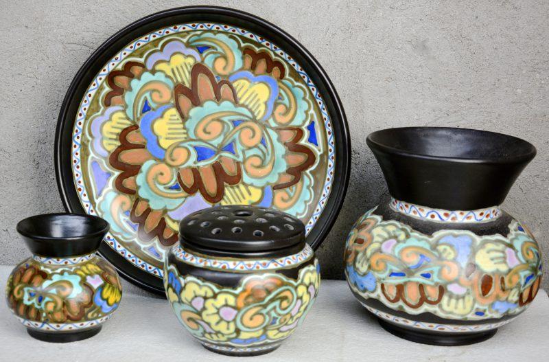 Een lot meerkleurig aardewerk, bestaande uit een grote en een kleine bolle vaas, een pique-fleurs en een diepe schotel. Allen gemerkt onderaan. Eerste helft XXe eeuw.