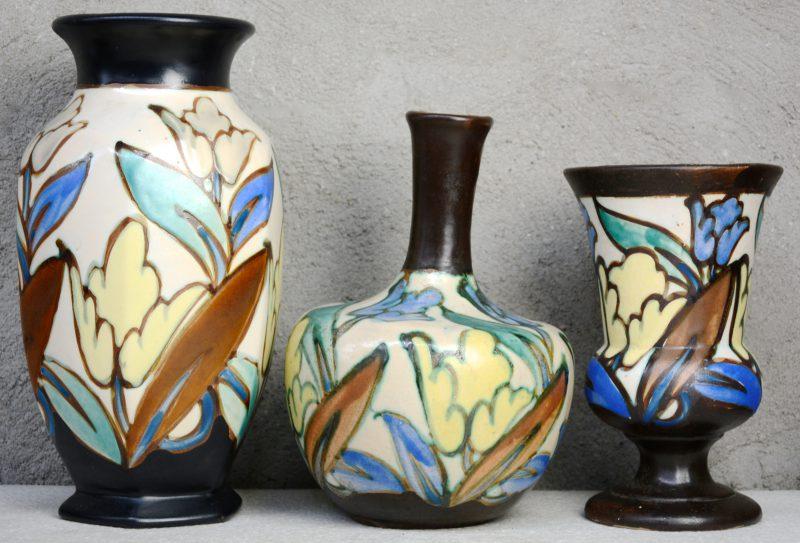 Drie verschillende vazen van meerkleurig aardewerk. Eerste helft XXe eeuw. Onderaan gemerkt. Gaaf.