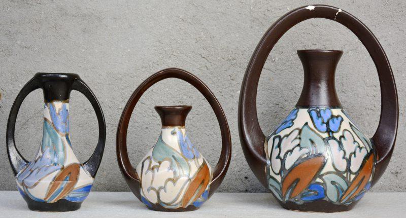 Drie siervazen van meerkleurig aardewerk. Eén met schilfers. Onderaan gemerkt.