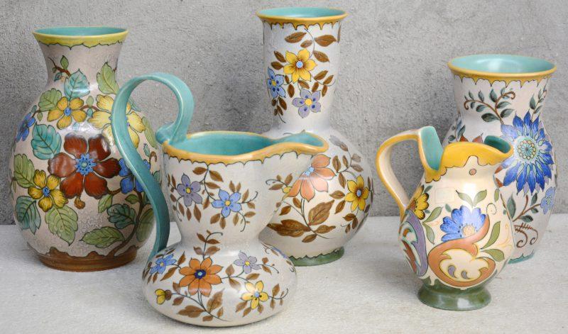 Een lot Gouds plateel met meerkleurige bloemendecors, bestaande uit drie vazen en twee kannen. Onderaan gemerkt. Gaaf.