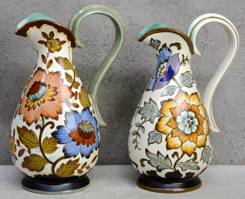 Twee schenkkannen van Gouds plateel met meerkleurige bloemendecors 'Frieda' & 'Unica'. Omstreeks 1950. Onderaan gemerkt. Gaaf.