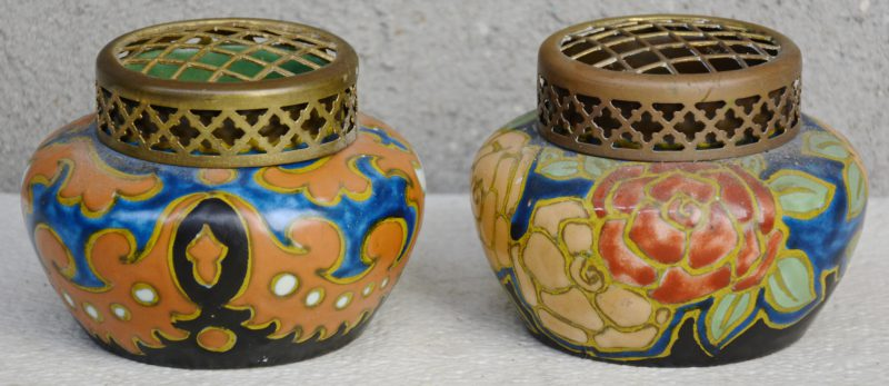 Twee pique-fleurs van meerkleurig Gouds aardewerk met decors 'Assaud' & 'Eveline'. Begin jaren '20. Gaaf.