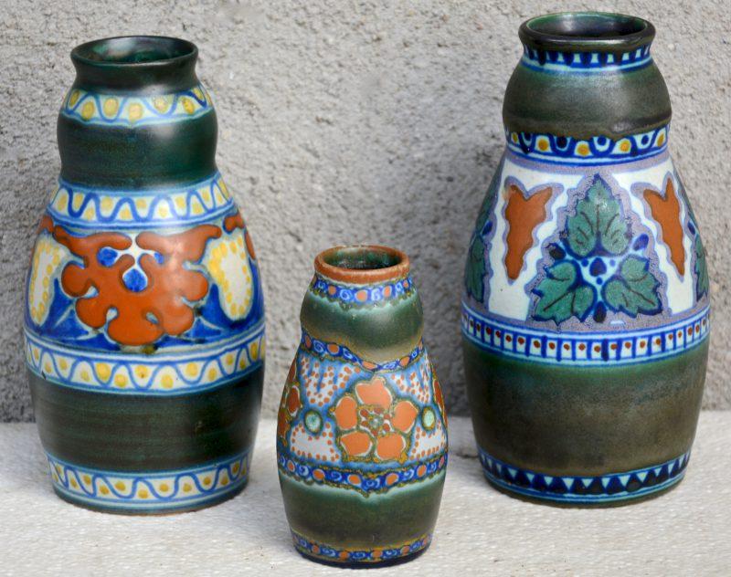 Drie vaasjes van meerkleurige Gouds plateel met decors 'Biaren', 'Candia' & 'Roba'. Allen gemerkt en gaaf. Jaren '20.