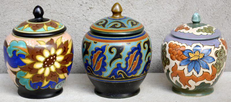 Drie verschillende tabakspotten van meerkleurig Gouds plateel, versierd met matte decors 'Eno', 'Saberta' & 'Timor'. Jaren '30.