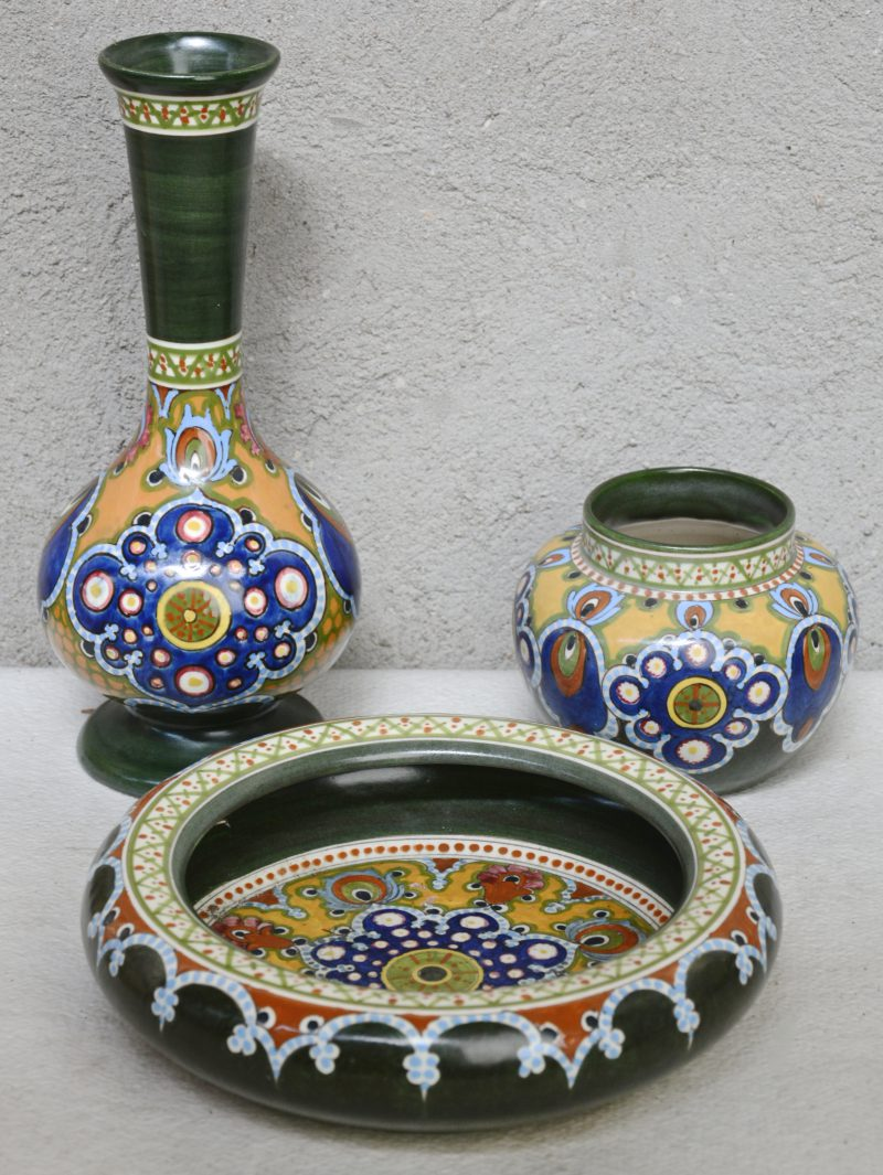 Een lage vaas, een halsvaas en een diepe schotel van meerkleurig plateel, versierd met decor 'Mat - 23'. Onderaan gemerkt. Gaaf.