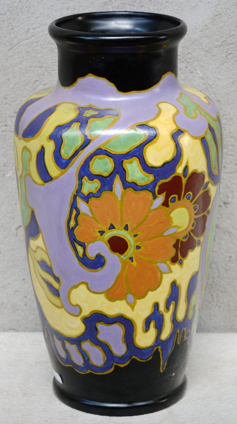 Een grote aardewerken vaas met een meerkleurig bloemendecor. Onderaan gemerkt. Bakfoutje aan de binnenkant van de hals.