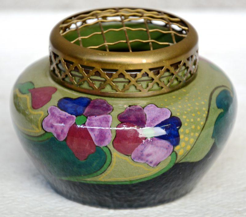 Een pique-fleurs van Gouds glansplateel, versierd met een meerkleurig bloemendecor 280 met decorateursmonogram 'LL'. Onderaan gemerkt. Gaaf.