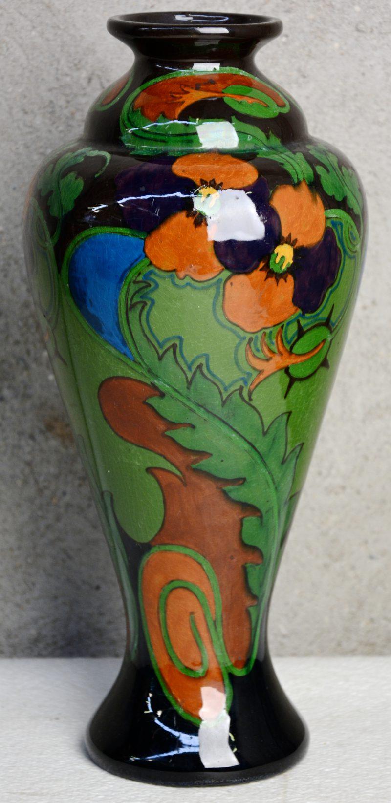 Een vaas van Gouds glansplateel met meerkleurig bloemendecor no. 280. Onderaan gemerkt. Jaarteken 1954(?).