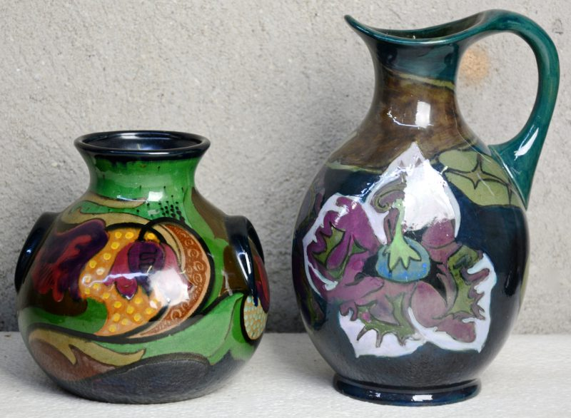 Een kan en een vaas van Gouds glansplateel, versierd met meerkleurige decors. Onderaan gemerkt. Jaren '20. Gaaf.