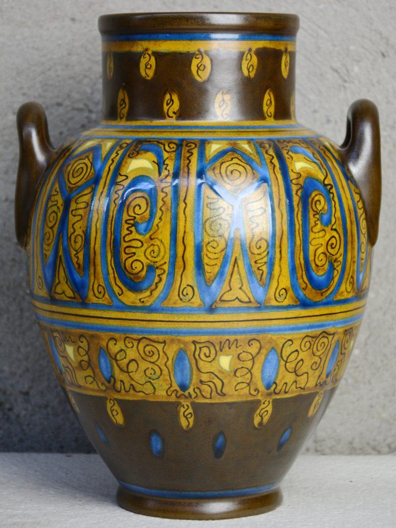 Een art deco oorvaas van Gouds plateel, versierd met meerkleurig decor 'Agar'. Decorateursmonogram 'MN'. Gaaf.