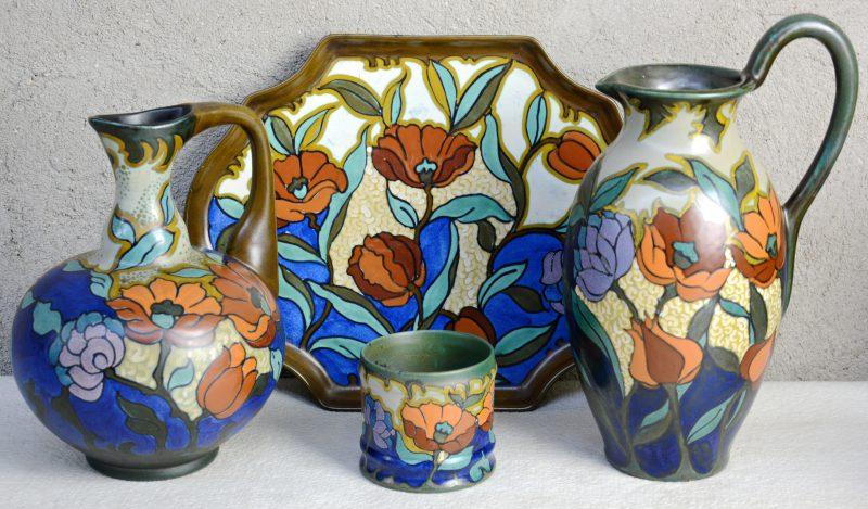 Een lot meerkleurig Gouds aardewerk met decor 'Agnes', bestaande uit een lange sierkan (1923), een bolle sierkan, een violonvormige schotel (1924) en een potje (1923). Allen Gemerkt en gaaf.