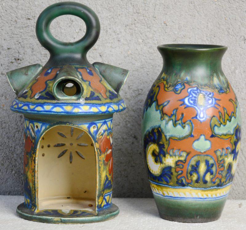 Een vaasje en een lantaarntje van meerkleurig aardewerk met respectievelijke decors 'Rhodian' & ''Candia'. Onderaan gemerkt. Jaren '20. Gaaf.