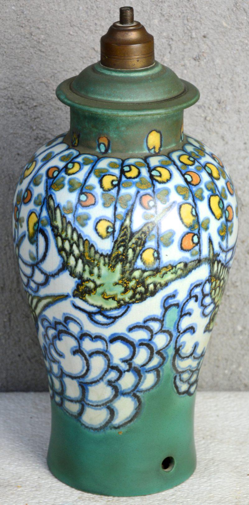 Een vaasvormige lampvoet van mat plateel met een meerkleurig decor van zwaluwen. Decorateursmonogram 'AdK' Onderaan gemerkt. 1920. Gaaf.
