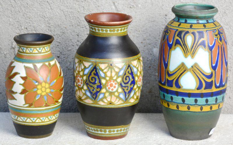 Drie vaasjes van meerkleurig Gouds plateel met vlnr. decors 'Boreas', 'Marion' & 'Surat'. Allen gemerkt en gaaf. Jaren '20 & '30.