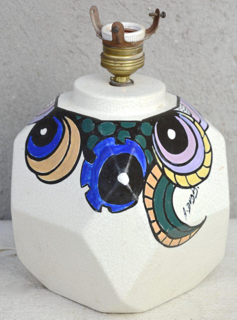 Een art deco lampvoet van aardewerk met een meerkleurig decor van Antoine Dubois. Gesigneerd en gemerkt.