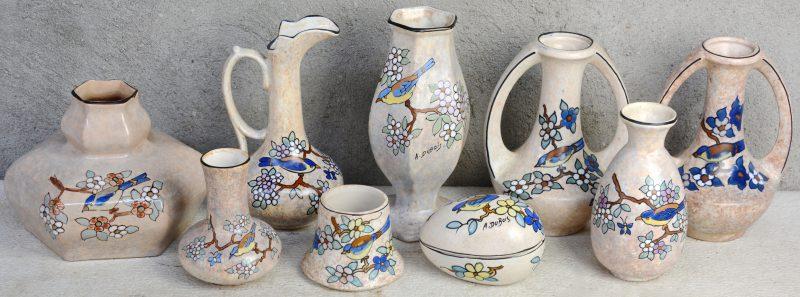 Een lot Bergens aardewerk, bestaande uit zeven verschillende vaasjes, een schenkkannetje en een eivormig dekseldoosje, versierd met decors van vogels op bloeiende takken door Antoine Dubois.