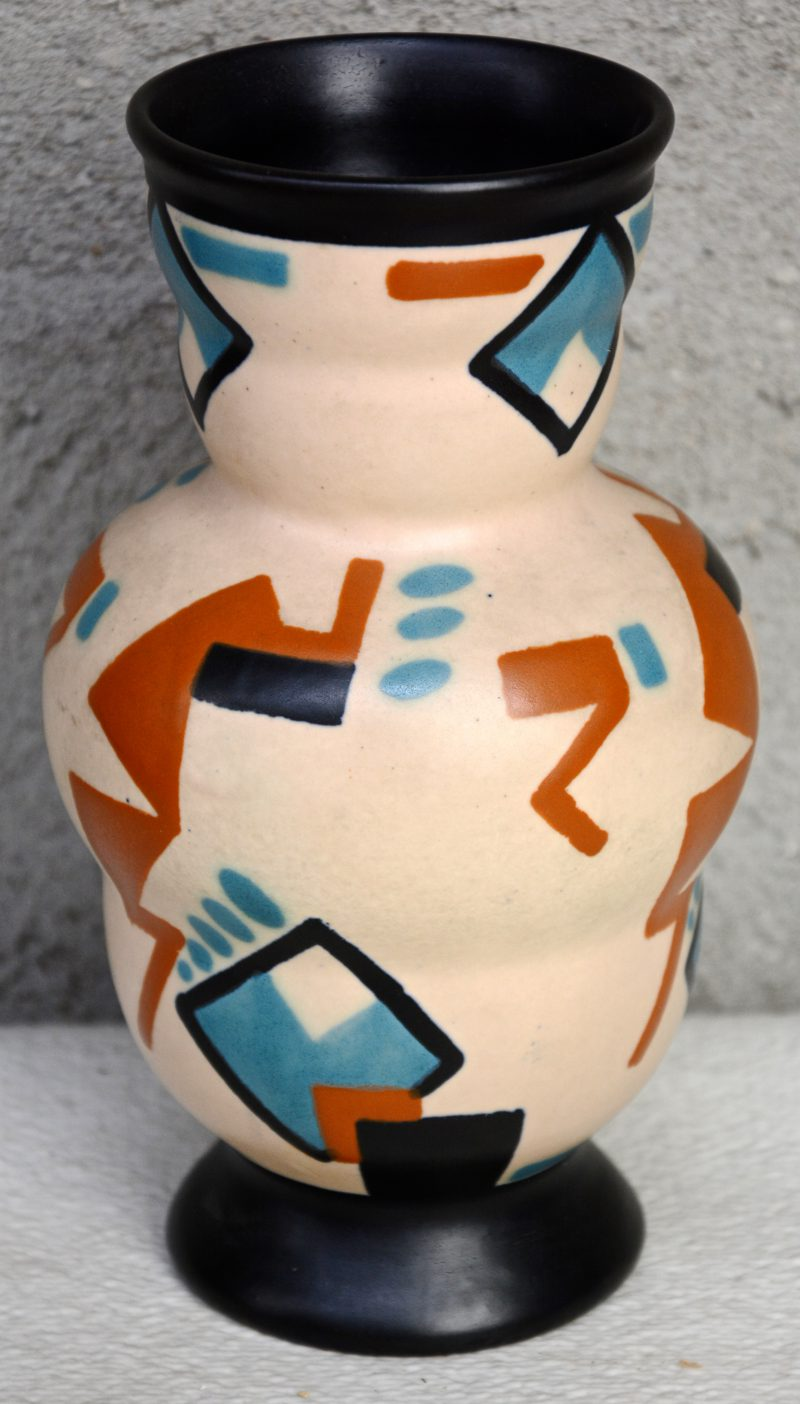 Een art deco vaasje van mat plateel, versierd met een meerkleurig decor 'Loando'. Onderaan gemerkt.