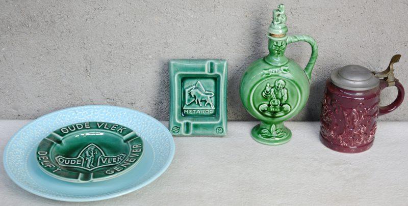 Een lot Hollands aardewerk met glanzend glazuur, bestaande uit een jeneverkruikje, een asbak van 'Oude vlek', een asbak van 'Metaroc', een blauwe schotel en een bierpul met tinnen deksel. Allen gemerkt.