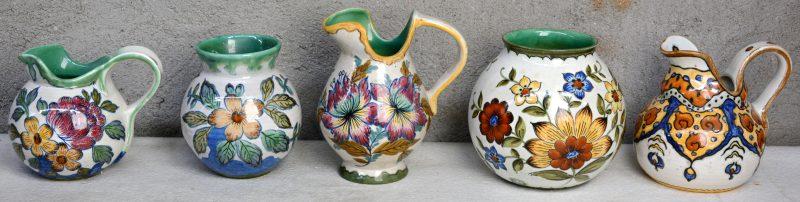 Een lot Gouds aardewerk met glanzend glazuur, bestaande uit een bolle vaas, drie kannetjes en een kleiner bol vaasje. Decors 'Ata', 'Frato', 'Mara', & 'Plonia'. Allen gemerkt. Gaaf.