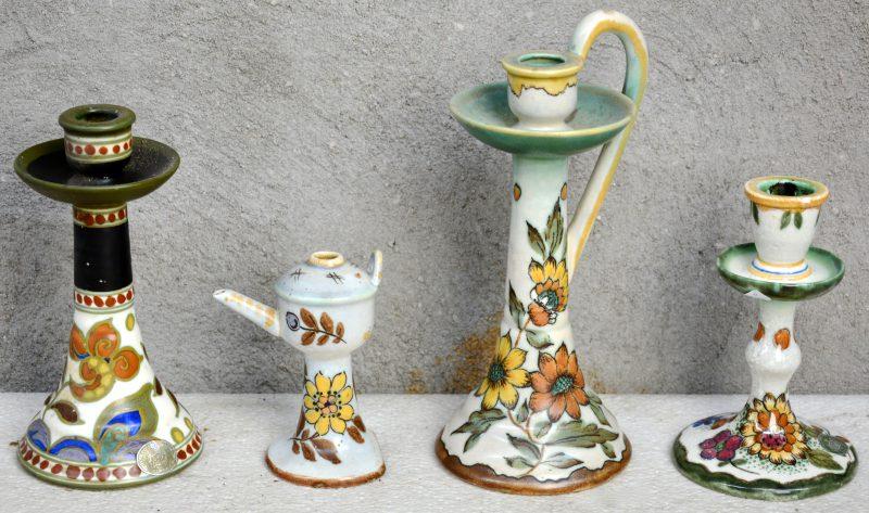 Drie verschillende kandelaars en een olielampje van meerkleurig Gouds plateel met decors 'Fanny', 'Virga' & 'Victoria'. Onderaan gemerkt. Gaaf.