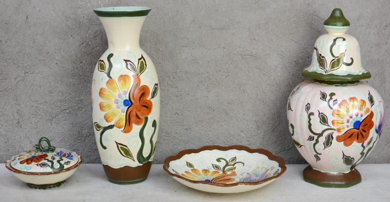 Een een vaas, een dekselvaas, een bonbonière en een schotel van meerkleurig Gouds plateel met decor 'Van Eyck'. Onderaan gemerkt. Gaaf.