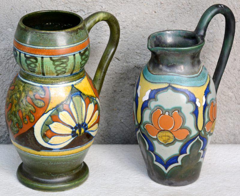 Een kruik en een vaas met oor van mat plateel met meerkleurige decors 'Hollandia' & 'Srebo'. Onderaan gemerkt. Jaren '20.