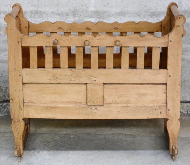 Een antieke houten wieg.