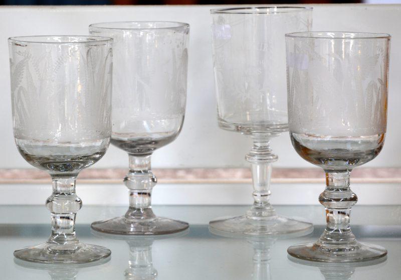 Een lot drie glazen van kleurloos glas met geslepen decors. We voegen er een vierde glas aan toe ter gelegenheid van de wereldtentoonstelling te Antwerpen in 1894.
