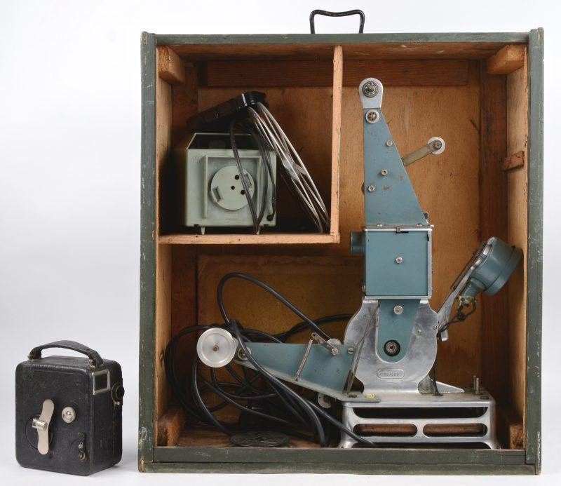 Een oude 'Box Camera'. Bijgevoegd een oude projector in houten kist.