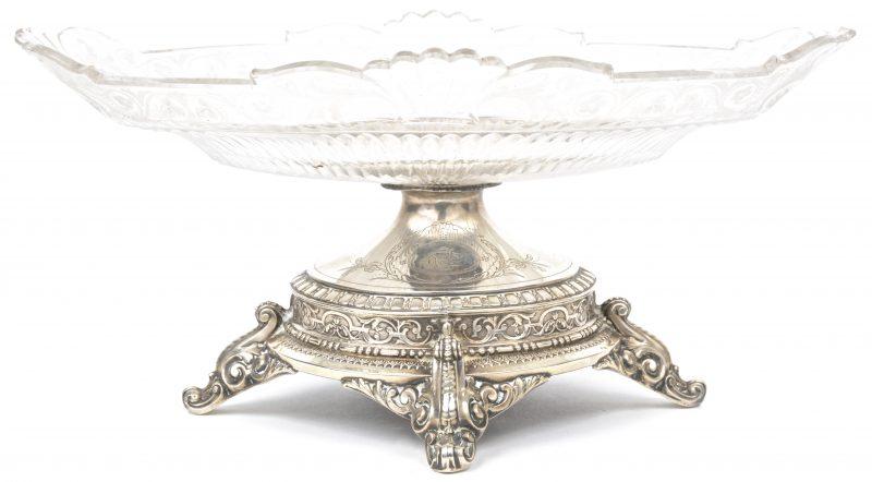 Een milieu-de-table met geslepen glas op een 800‰ zilveren voet. Kleine randschilfers en een barst in het midden aan het glas.