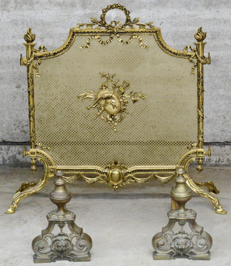 Een paar bronzen vuurbokken en een messingen haardscherm in Lodewijk XV - stijl.