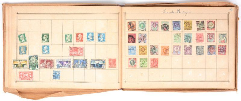 Een oud postzegelalbum. Gefrankeerde zegels van de hele wereld. Overwegend XIXde eeuw. Ongeveer 1000 stuks.
