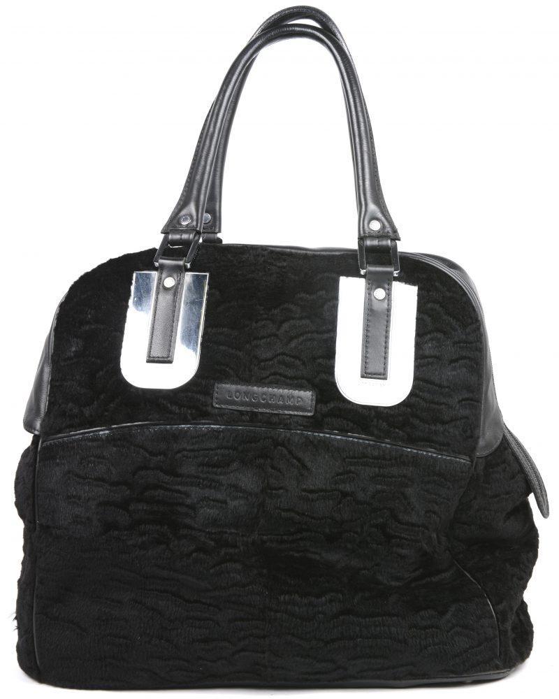 Een grote zwarte handtas van leder en stof.