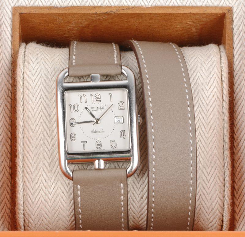Een roestvrij stalen horloge met lange lederen polsband. In originele doos. Swiss Made.