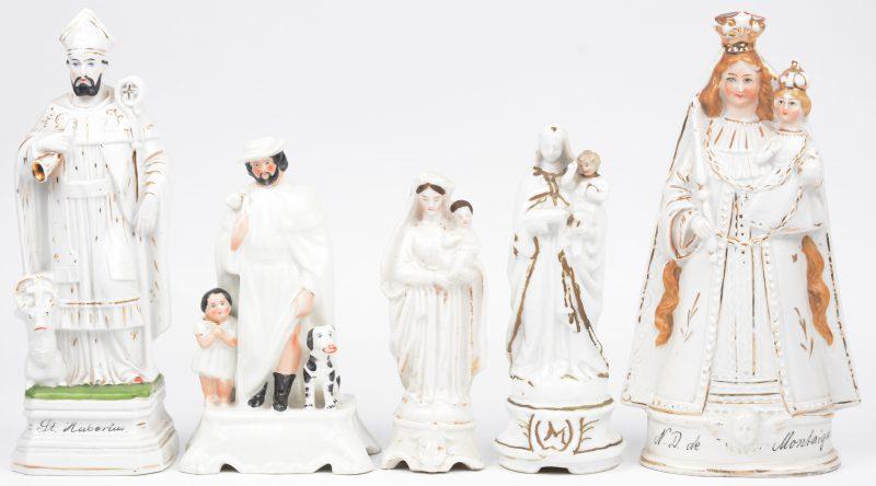 Vier heiligenbeeldjes van Brussels porselein, bestaande uit twee Madonna's met kind (één met kleine beschadiging), Sint Hubertus (restauratie) en Sint Rochus (kleine beschadiging). XIXe eeuw. We voegen er een Madonna van Scherpenheuvel van Duits porselein aan toe.
