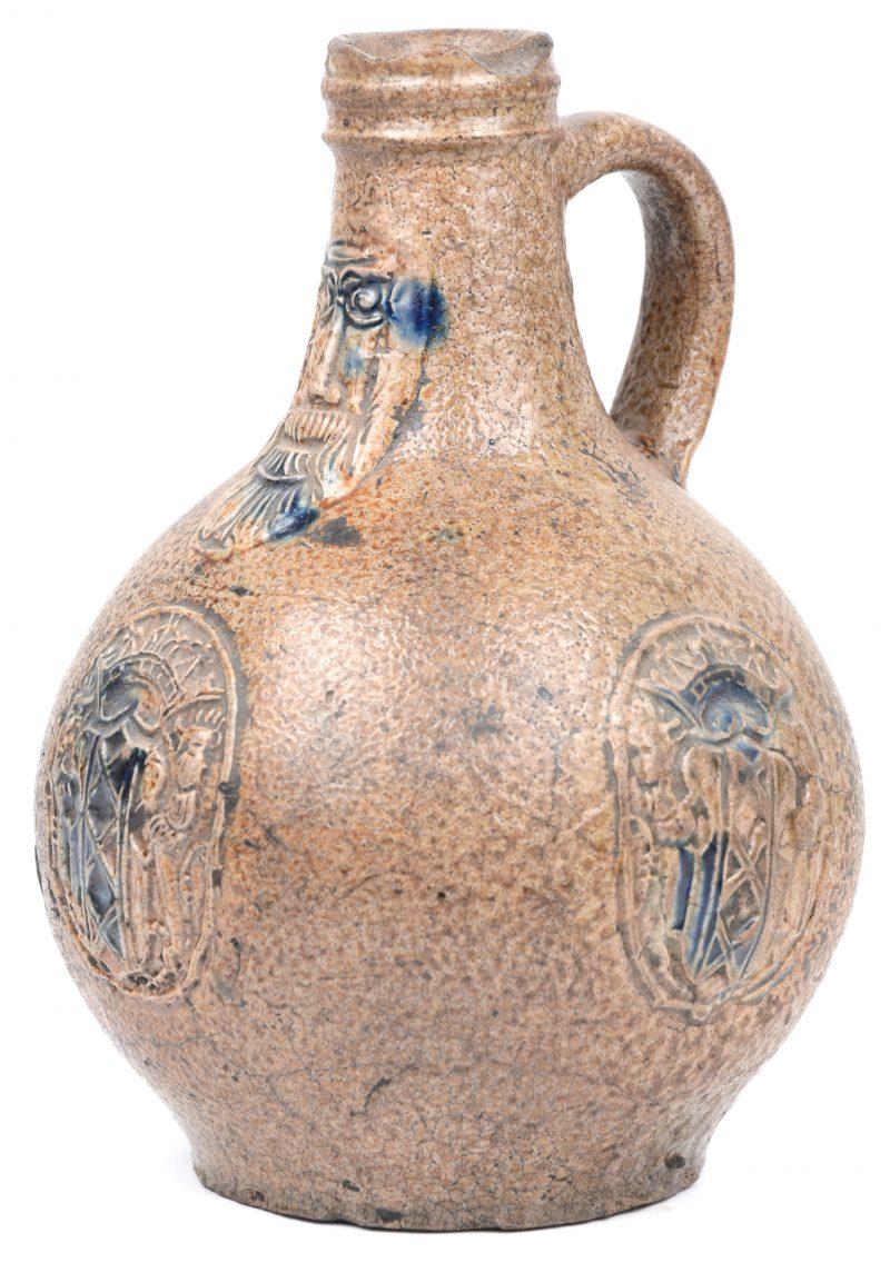 Een antieke baardmankruik van steengoed. Gebruiksletsels bovenaan.