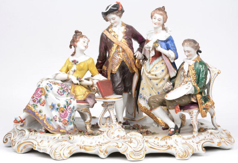 Een grote groep van meerkleurig en verguld porselein met een voorstelling van een XVIIIe eeuws gezelschap, waaronder een kuntschilder. Onderaan gemerkt. Gaaf.