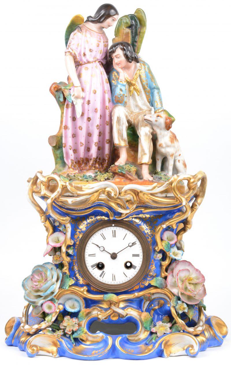 Een schouwpendule van meerkleurig en verguld Parijs' porselein. Onderaan versierd met bloemen in hoogreliëf, bovenaan een voorstelling van aartsengel Azraël die een herder troost. Vermoedelijk Jacob Petit. XIXe eeuw. Kleine beschadiging aan één bloemetje. Zonder sleuteltje.